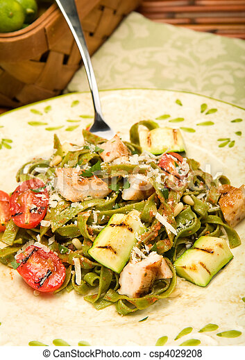 Espinacas fettucini con pollo y verduras a la parrilla - csp4029208