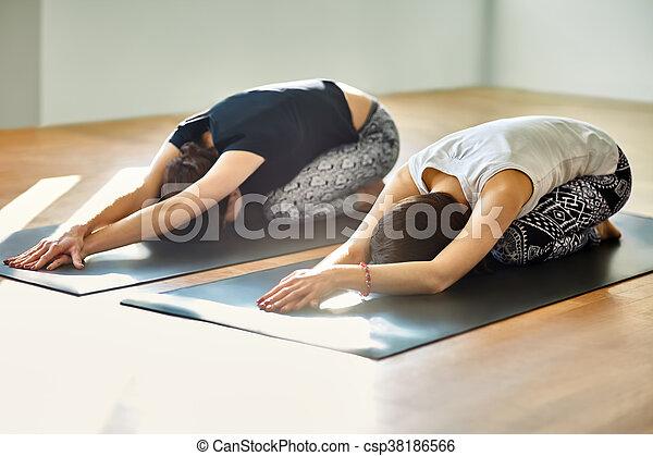 asana due donne yoga bambino atteggiarsi giovane