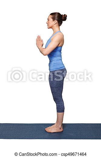 mujer haciendo hatha yoga asana tadasana mujer haciendo