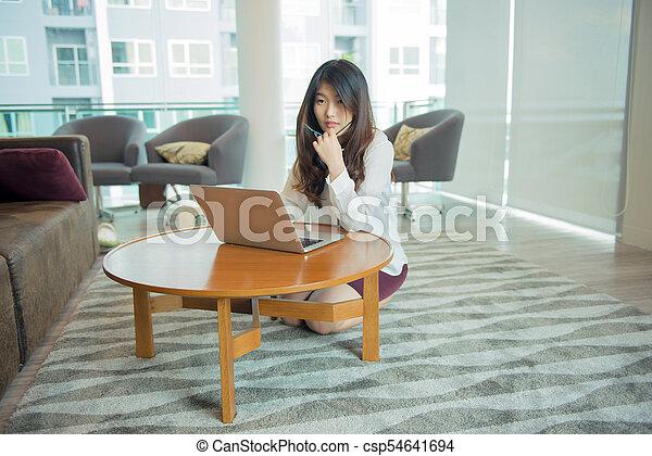 asian, używając, kobieta handlowa, laptop, biblioteka, sexy - csp54641694