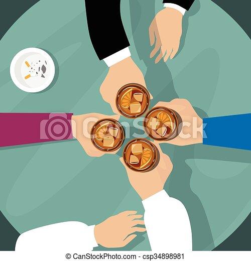 El grupo de mano sostiene vasos de whisky en la mesa brinda - csp34898981