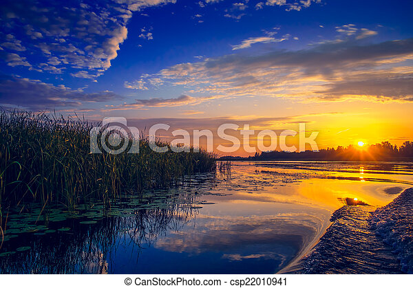 Una puesta de sol increíble sobre el lago - csp22010941