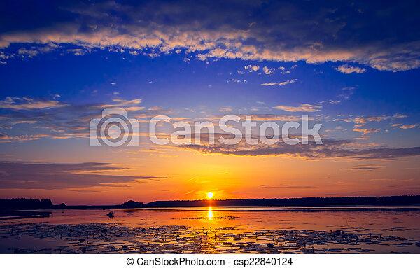 Una puesta de sol increíble sobre el lago - csp22840124