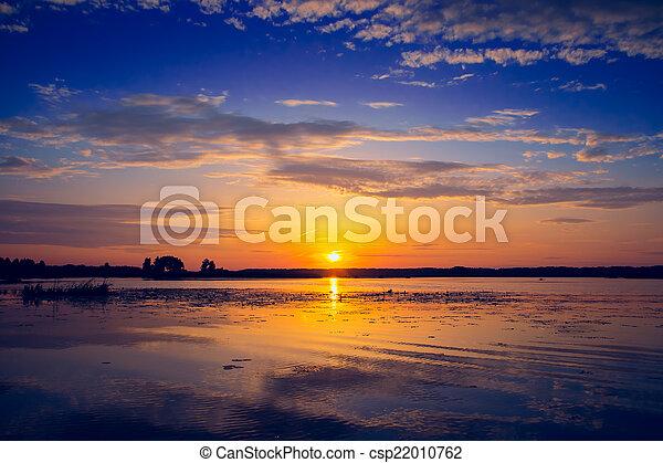 Una puesta de sol increíble sobre el lago - csp22010762