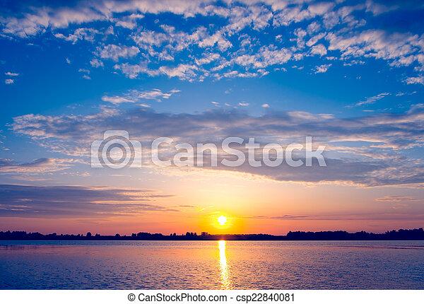 Una puesta de sol increíble sobre el lago - csp22840081