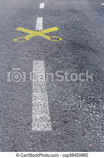 asphalte peint jaune ciseaux ligne blanche route image de stock recherchez photos et. Black Bedroom Furniture Sets. Home Design Ideas