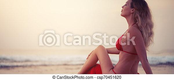 assento mulher, biquíni, tropicais, recurso, areia, loura, excitado, praia, vermelho - csp70451620