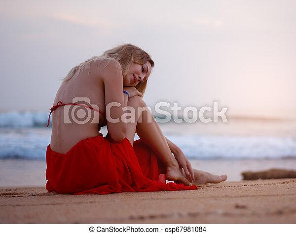 assento mulher, biquíni, tropicais, recurso, areia, loura, excitado, praia, vermelho - csp67981084