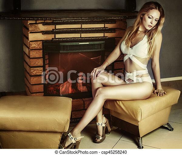 assento mulher, jovem, swimsuit, calcanhares, lareira - csp45258240