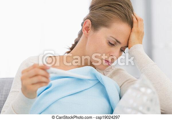 assento mulher, sofá, doente, olhando jovem, termômetro, retrato - csp19024297