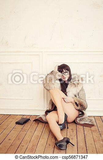 assied, femme, floor. - csp56871347