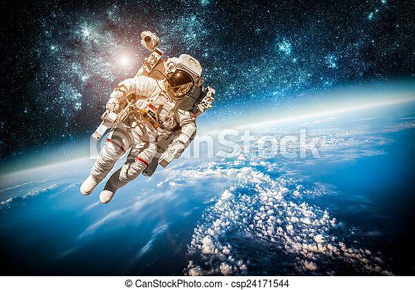 astronauta, zewnętrzna przestrzeń - csp24171544