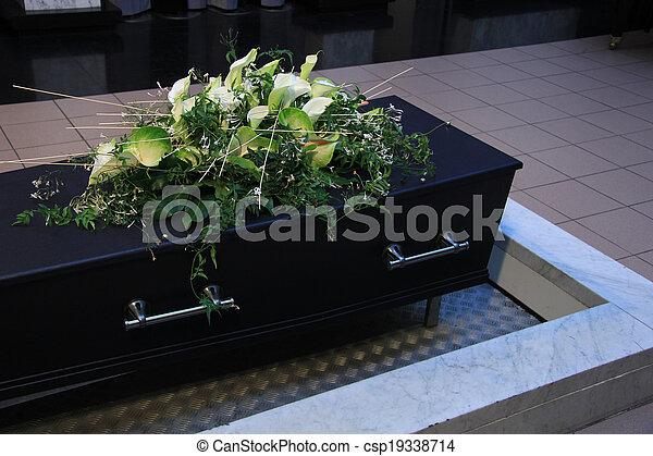 Flores funerarias en un ataúd - csp19338714