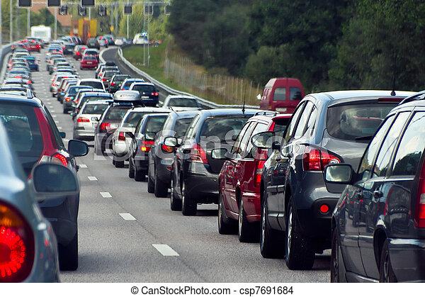 Un atasco de tráfico con filas de coches - csp7691684