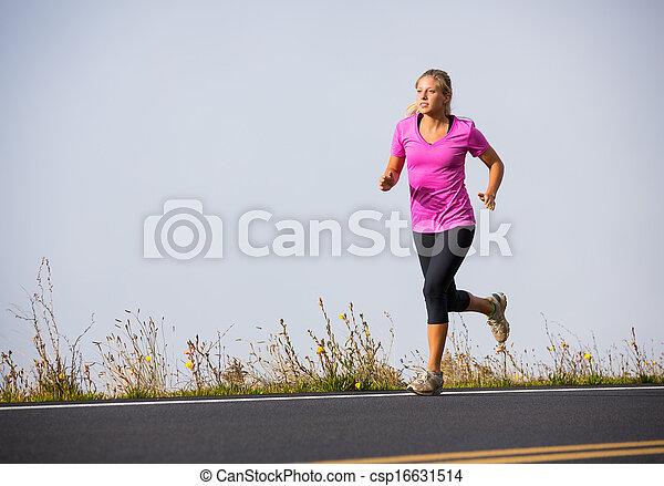 Athletische Frau läuft draußen joggen - csp16631514