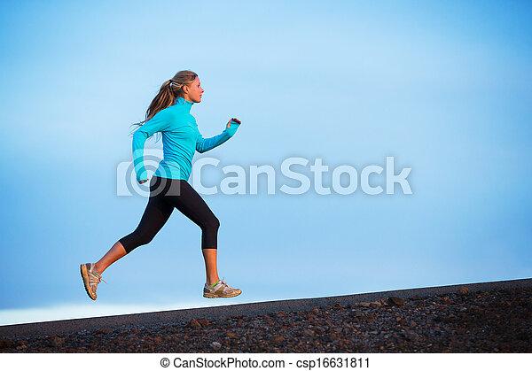 Athletische Frau läuft draußen joggen - csp16631811