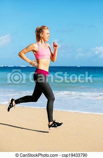 Athletische Fitness-Frau am Strand - csp19433790