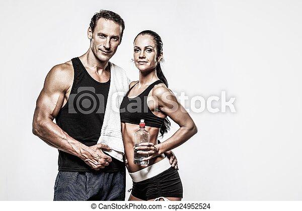 Pareja atlética después del ejercicio de aptitud - csp24952524