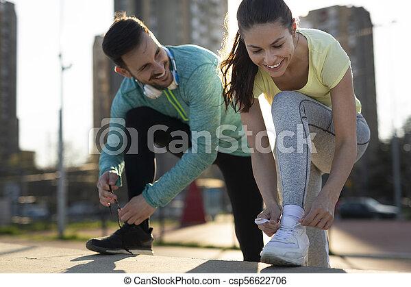Una pareja atlética trotando juntos - csp56622706