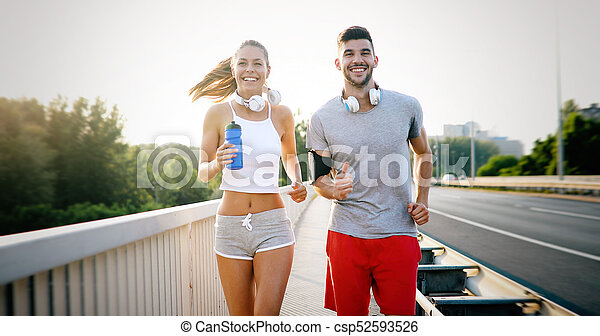 Una pareja atlética trotando juntos - csp52593526