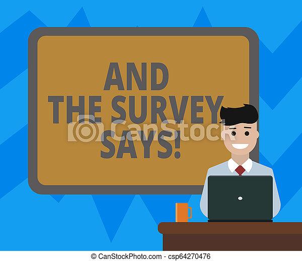 Señal de texto mostrando y la encuesta dice. Resultados fotográficos conceptuales de las encuestas que muestran comentarios en blanco bordeando una tabla detrás de un hombre sentado sonriendo con taza portátil en el escritorio. - csp64270476