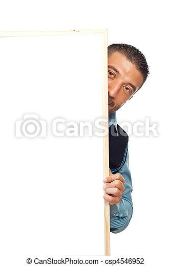 Un hombre escondido detrás de la pancarta - csp4546952