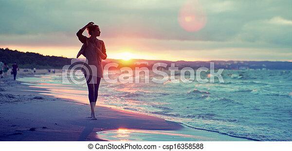 atraindo, litoral, andar, mulher, ao longo - csp16358588