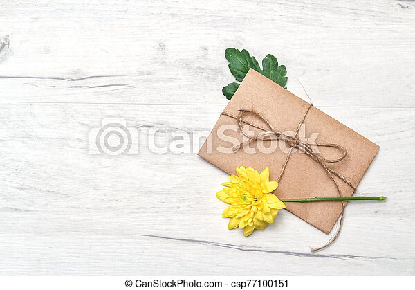 attaché, concept, kraft, fleur, amour, romance, jaune, printemps, enveloppe, bois, papier, corde, blanc, arrière-plan. - csp77100151
