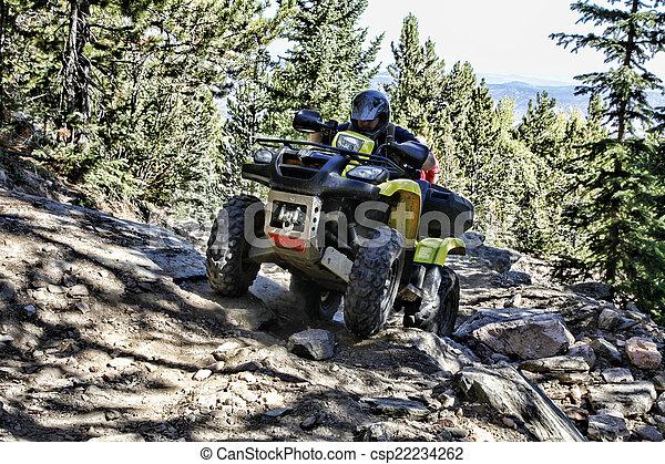Montador ATV en el sendero de la montaña - csp22234262