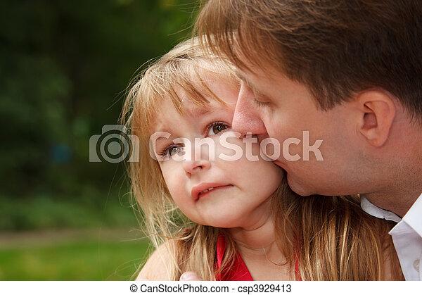 auf., wenig, calms, sie, vater, cheek., traurige , schreie, park., küssende , schließen, m�dchen - csp3929413