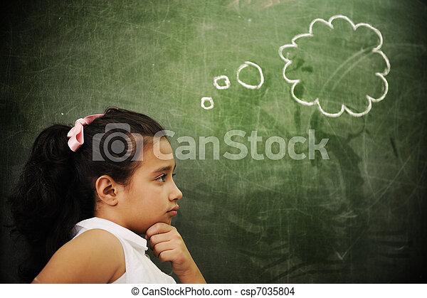 Actividades de educación en clase en la escuela, pensamiento de chica inteligente, copia espacio - csp7035804
