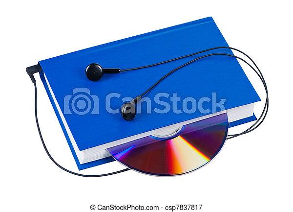 Libro con auriculares y CD aislados en antecedentes blancos. - csp7837817