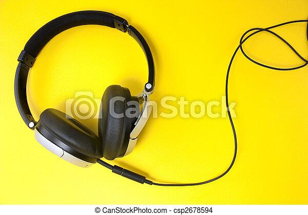 Auriculares en amarillo - csp2678594