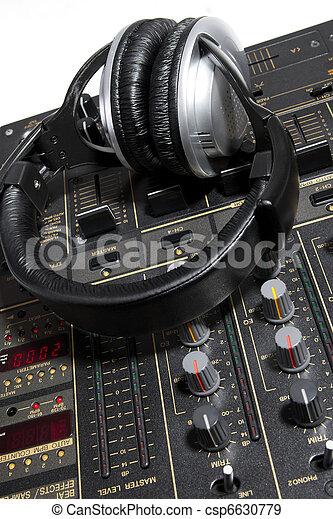 Auriculares DJ en mezclador - csp6630779