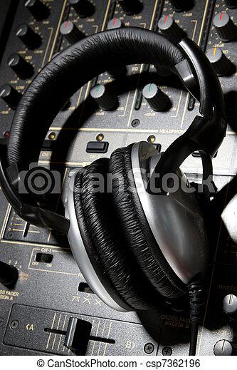 Audífonos DJ en mezclador - csp7362196