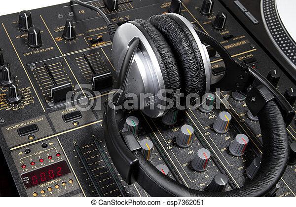 Audífonos DJ en mezclador - csp7362051