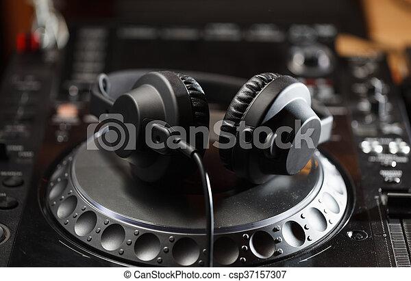 Audífonos DJ en reproductor de CD - csp37157307