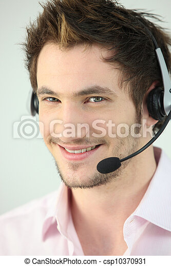 Joven con auriculares - csp10370931