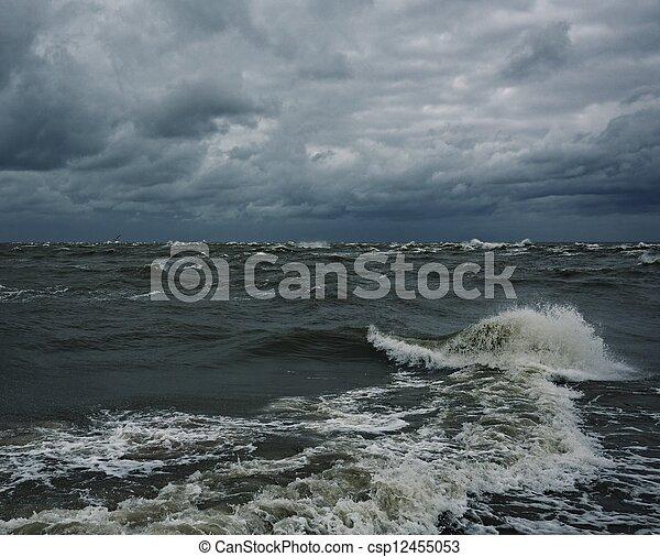 Ein stürmischer Himmel über einem Meer - csp12455053