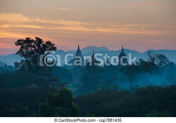 Sonnenaufgang über dem alten Bagan, Myanmar - csp7881435