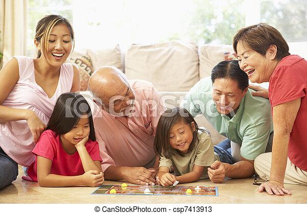 Eine erweiterte Familiengruppe spielt zu Hause Brettspiele - csp7413913