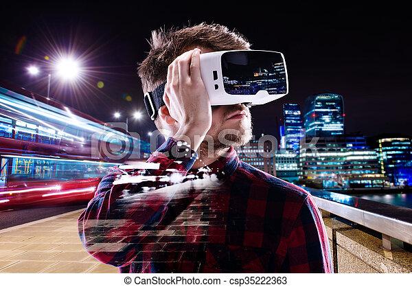 aussetzung, tragen, stadt, doppelgänger, virtuelle wirklichkeit, nachtsichtgerät, mann - csp35222363