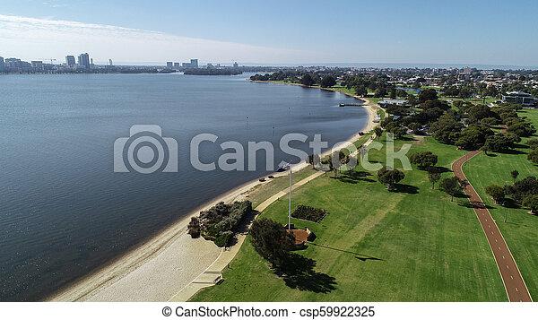 Vista aérea del australia occidental del sur a lo largo de las orillas del río Swan mostrando parkland, playa y cicloway - csp59922325