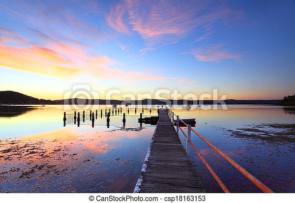 Colourful puesta de sol y reflejos de agua en Yattalunga Australia - csp18163153