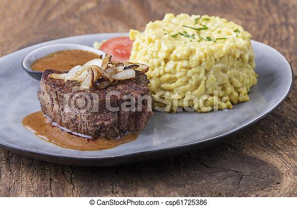 austriaco, bistecca, spaetzle, cipolla - csp61725386