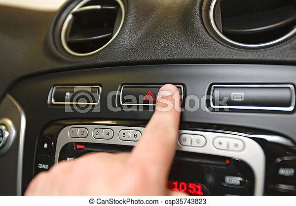 Notfallknopf auf Auto-Schachbrett - csp35743823