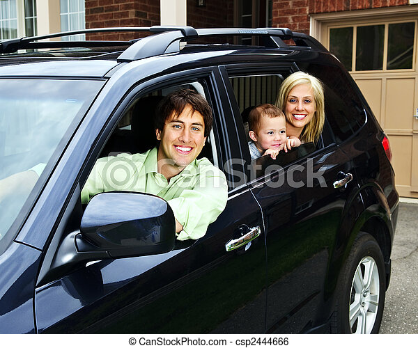 Glückliche Familie im Auto - csp2444666