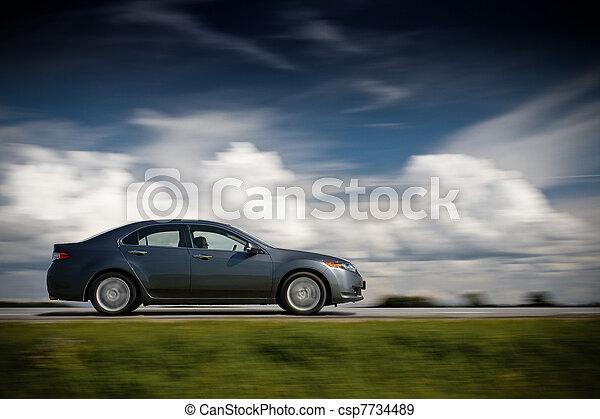 Das Auto fährt schnell. - csp7734489