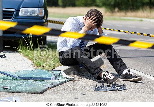 Ein Mann nach dem Autounfall - csp22421052