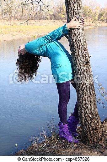 automne, arbre, girl, parc, pendre - csp4857326